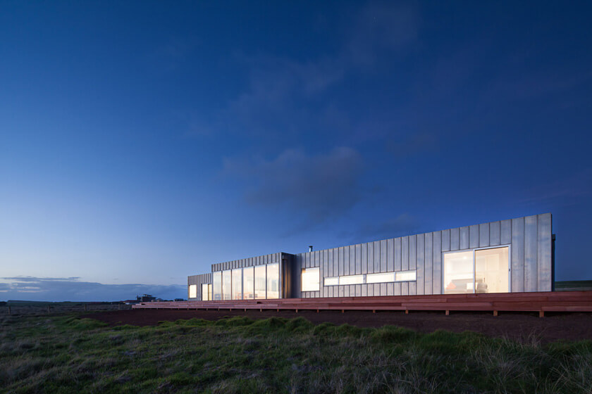 Prefab Phillip Island house subservient to its location